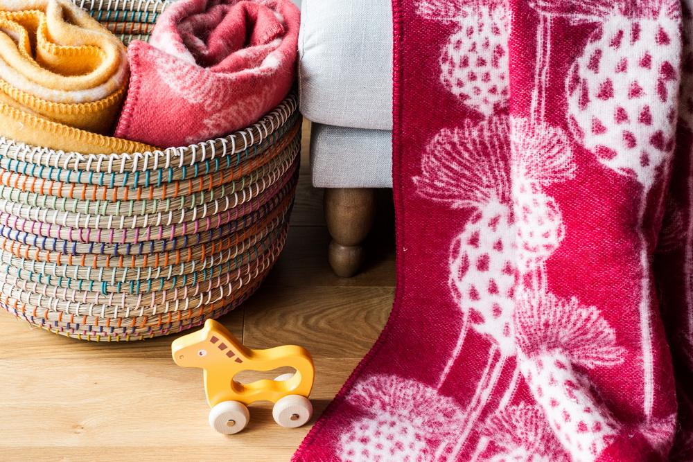 Barker Textiles pledų įvaizdinės nuotraukos. Nuotraukose naudoti Kenditoys.lt mediniai žaislai.
