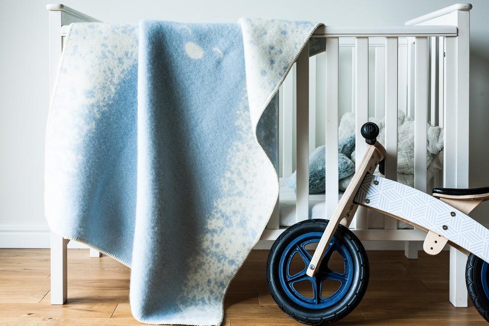 Barker Textiles pledų įvaizdinės nuotraukos. Nuotraukose naudoti Kenditoys.lt medinis balansinis dviratukas