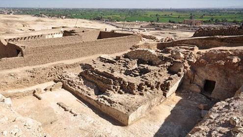 01_Egipte_Luksoro_mieste_rasta_3000_metu_senumo_piramide