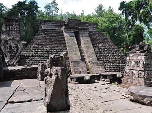 01_Sukuh_piramide_sventykla_Javos_saloje_Indonezija_Nuotr_creepywitch_blogspot_com