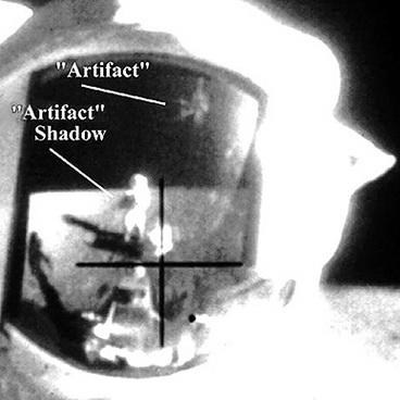 03_Artefakto_seselis_astronauto_skafandre_saltinis_bibliotecapleyades_net