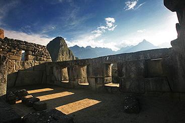 03_Macu_Pikcu_Triju_langu_sventykla_Nuotr_Beto_Santillán_saltinis_Machu_Picchu_Tours_&_Machu_Picchu_Travel