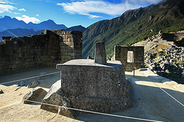 04_Akmuo_Intihuatana_saules_kalendorius_Macu_Pikcu_Nuotr_Beto_Santillán_saltinis_Machu_Picchu_Tours_&_Machu_Picchu_Travel