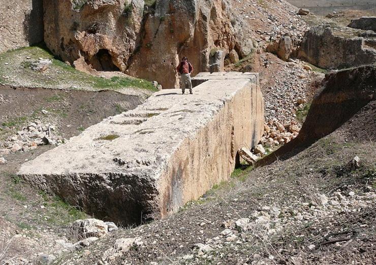 05_Baalbeko_megalitas_Hajjar_al_Hibla_wikipedia_org